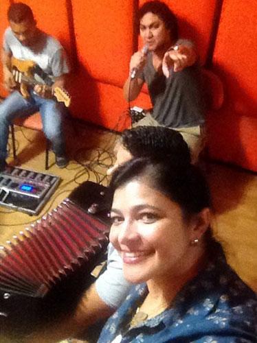 Kátia Cilene faz Selfie no estudio e avisa: Gravando muitas novidades