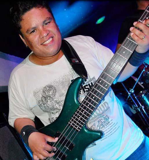 Júnior Groovador o baixista que é um espetáculo