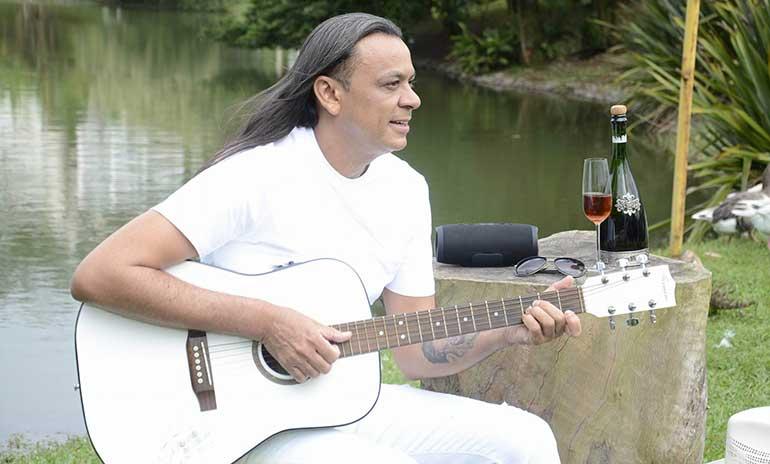 """Frank Aguiar comemora 26 anos de carreira e lança novo disco """"Puro Amor"""""""